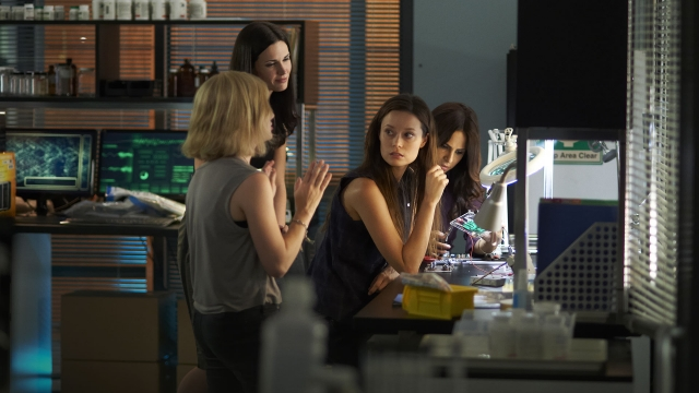 Alphas S2x13 - Alpha ladies in the lab seek answers