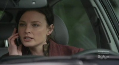 Continuum S1x02 - Kiera takes Mrs Fraser's cell phone and calls Carlos with it