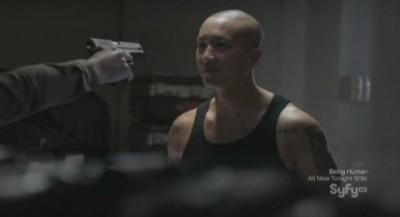 Continuum S1x03 - Kellog holds Chen at gunpoint