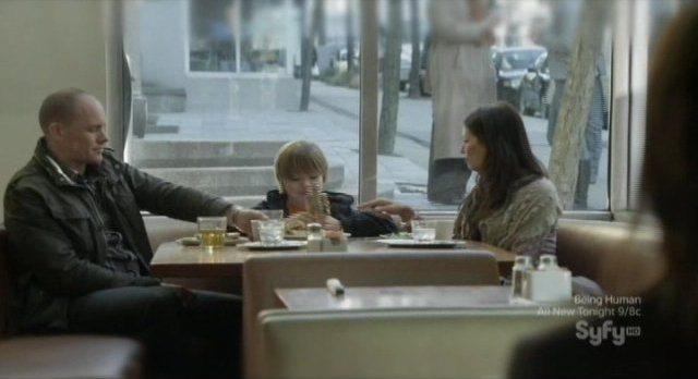 Continuum S1x03 - Kiera sees a happy family in the restaurant