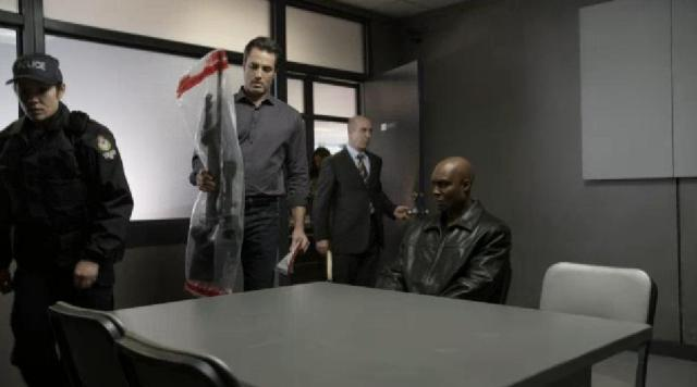 Continuum 2X01 Carlos show weapon to leader