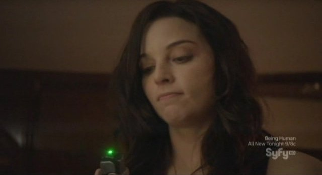 Continuum S1x10 - Kiera uses her tech to get the time travel device fragment from the safe
