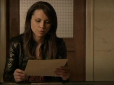 Continuum S1x10 - Sonya reads the instructions left for her by Kagame in the safe deposit vault room