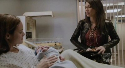 Continuum S1x10 - Sonya visits the newly born Kagame and his mother