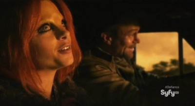 Defiance S1x01 - Irisa and Nolan sing together to ease their tension