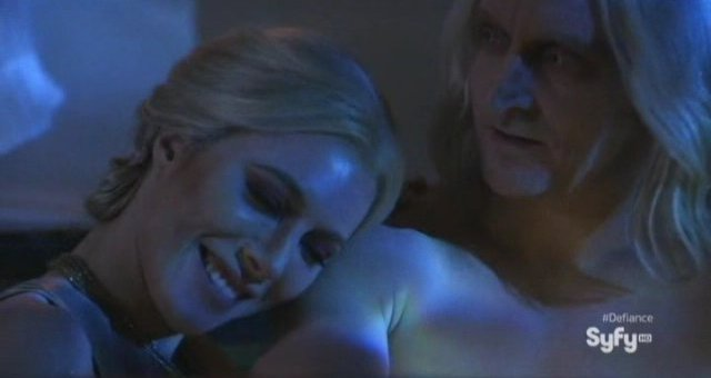 Defiance S1x01 - Jaime Murray as Stahma and Tony Curran as Datak canoodle in the tub