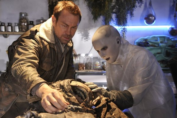 Defiance - S1x11 - Nolan and Doc Yewell look for clues