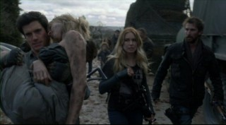 Falling Skies S2x06 - Hal carries Karen back to the 2nd Mass