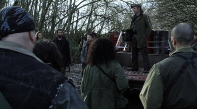 Falling Skies S2x08 - Captain Weaver addresses the 2nd Mass