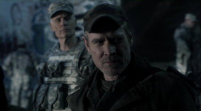 Falling Skies S2x10 - Captain Weaver takes a close look
