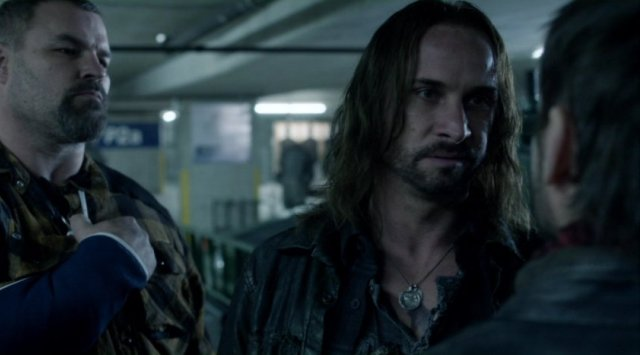 Falling Skies S2x10 - Pope shares words with Tector
