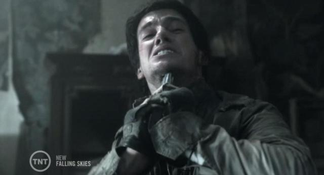 Falling Skies S3X06 Hal aims weapon at himself