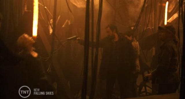 Falling-Skies-S3X08-Tom-shoots-Karen.