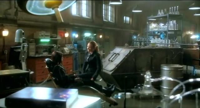 Fringe S4x10 Olivia and Emily in lab