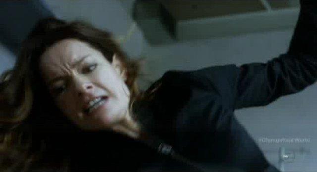 Fringe S4x16 - Kate Hicks attacks Lincoln