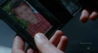 Fringe S4x17 - Alt- Canaan looks at the young boys picture