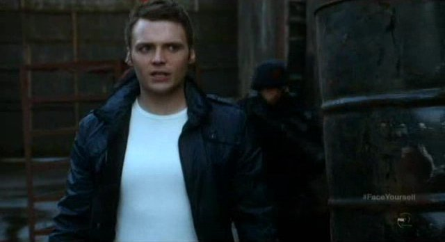Fringe S4x17 - Alt-Lincoln talks to Lincoln via comms system