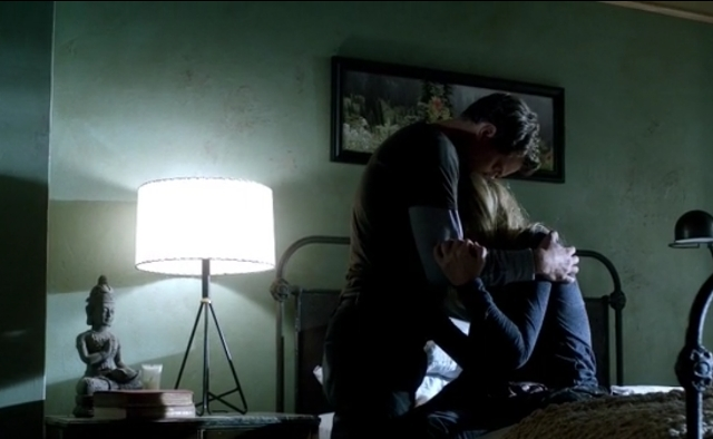 Fringe S5x05 - Olivia crying on Peter's arms