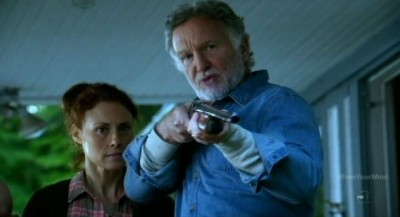 Fringe S5x09 - Maria Marlow as Carolyn with Richard holding the Fringe Team at gunpoint