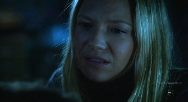 Fringe S5x09 - Olivia chats with Peter in the bedroom