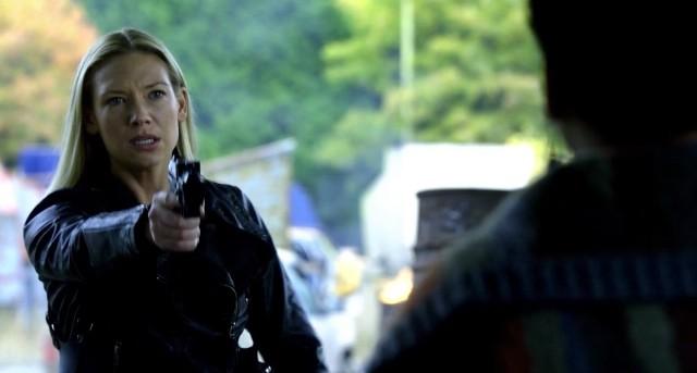 Fringe S5x08 - Olivia points gun at Simone