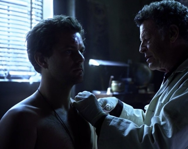 Fringe S5x08 - Peter talks to Walter as he stitches his sholder