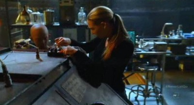 Fringe S5x11 - Olivia sets up the tank for Walter as Michael looks on