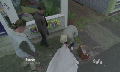 Haven S4x06 - Duke, Nathan and Gloria examine the frozen body