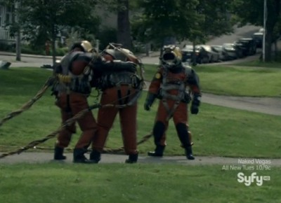 Haven S4x08 - Duke helps Nathan after his air life line was compromised