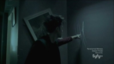 Haven S4x11 - Darkside Seekers find Rougarou scratches on the wall of house