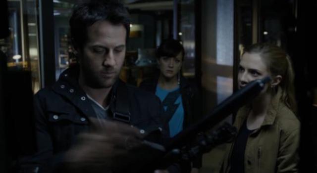 Primeval New World 01x05 Evan grabs dart gun