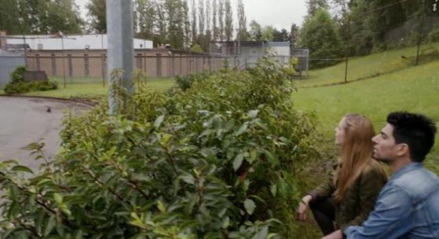 Primeval New World 01X11 Dylan and Mac figue out how to get in