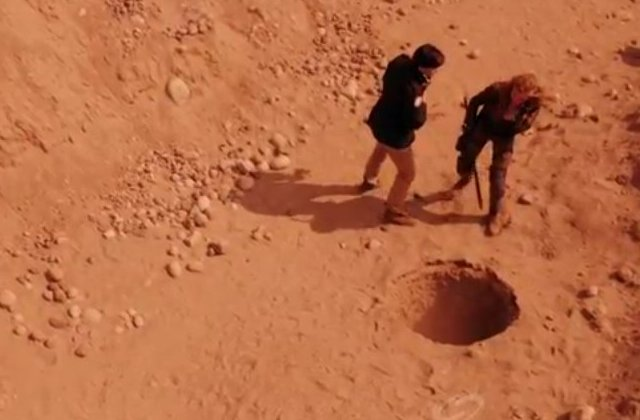 Primeval New World S1x13 - Connor and Dylan examine the scorpion holes