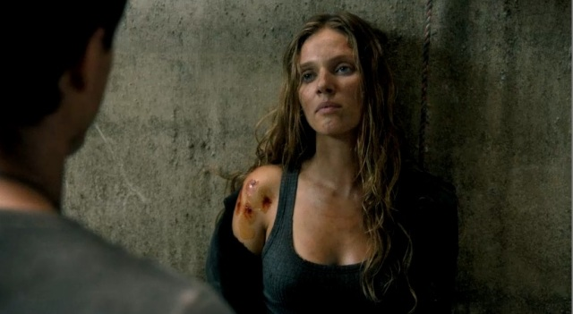 Revolution S2x02 - Charlie gets her wounds tended to