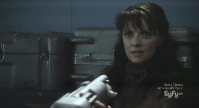 Sanctuary S4x05 - Magnus aims her weapon