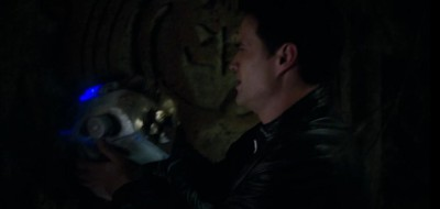 AgentsofSHIELD S1x02 Ward grabs the device