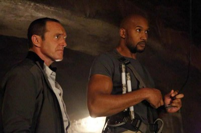 Agents of SHIELD S2x09 Coulson and Mac enter the alien temple