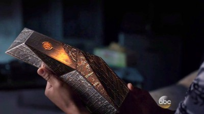 Agents of SHIELD S2x07 - Raina holds the ancient device