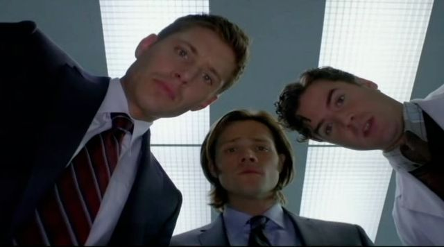 Supernatural S7x13 - The brothers and Eddie looking at the victim