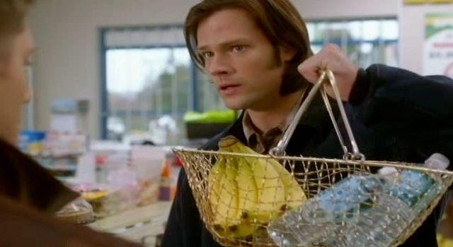 Supernatuarl S7x22 - Sam shows Dean a basket of bananas and water