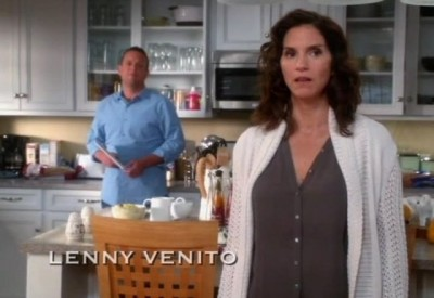 The Neighbors S1x02 - Debbie has reservations about the aliens