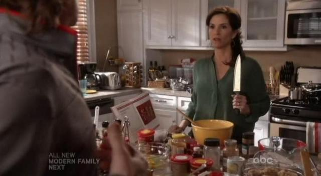 The Neighbors S1x11 Debbie and the knife
