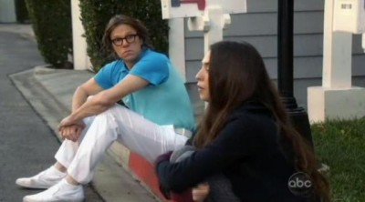 The Neighbors S1x19 - Larry and Amber on the curb
