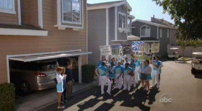 The Neighbors S1x19 - Larry marches
