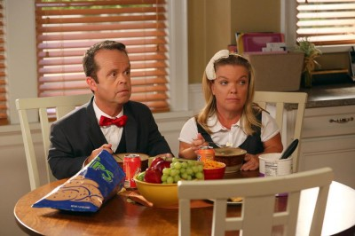 The Neighbors S2x02 - Kevin and Tracey Thompson guest star