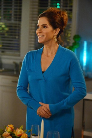 The Neighbors S2x06 - Debbie prepares for Amber's arrival for her dinner date with Reggie!