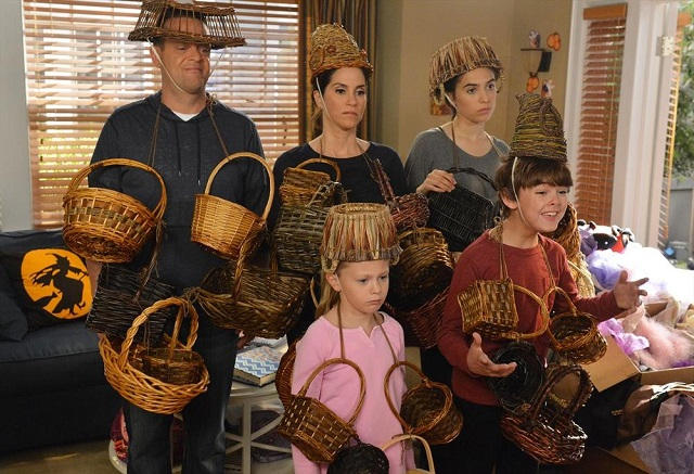 The Neighbors S2x05 - The Weavers try some basket weaving costumes