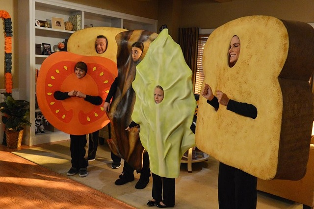 The Neighbors S2x05 - The Weavers make sandwich costumes