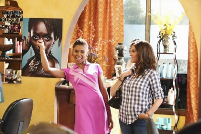 The Neighbors S2x04 - Jackie and Debbie at the salon TOKS OLAGUNDOYE, JAMI GERTZ