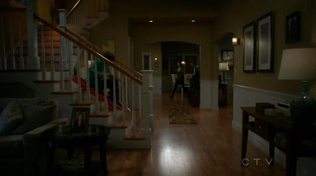 The Neighbors S02x12 Max tobogans downstairs